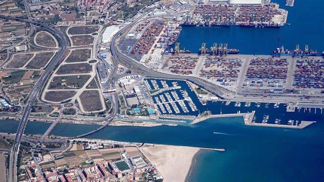 Archivo - Imagen aérea del Puerto de València