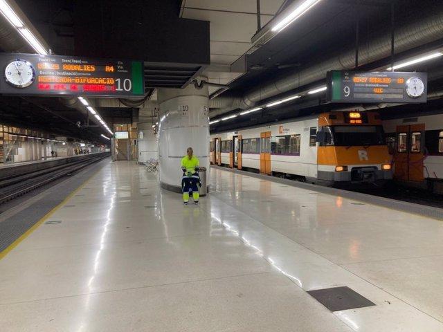 Archivo - Arxiu - Andana de l'estació de Sants a Barcelona.
