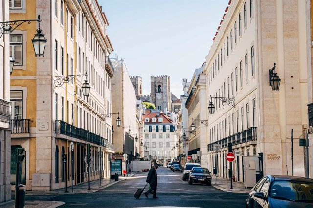 Archivo - 28 March 2020, Portugal, Lisbon: An elderly man crosses a deserted street during the state of emergency amid restrictions on public life to hamper the coronavirus spreading. Photo: Henrique Casinhas/SOPA Images via ZUMA Wire/dpa