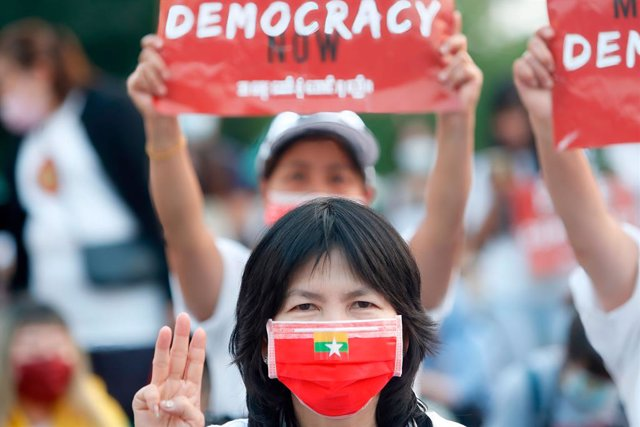 Archivo - 28 March 2021, Taiwan, Taipei: A protester makes a three-finger salute during a protest outside the Taipei Liberty Square to commemorate the fallen protesters during the ongoing demonstrations against killings and military coup in Myanmar. Photo
