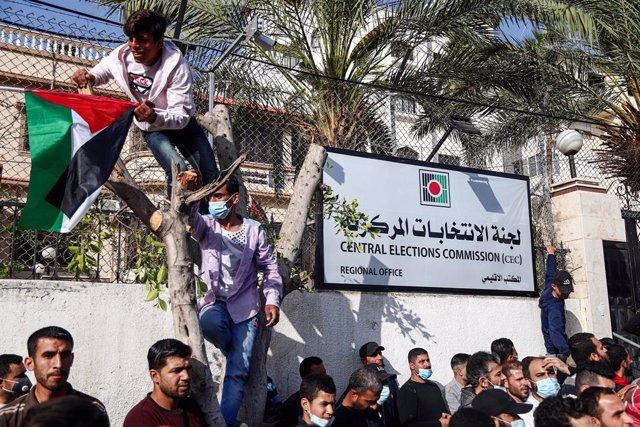 29 April 2021, Palestinian Territories, Gaza: Supporters of exiled former Fatah security chief, Mohammed Dahlan, demonstrate outside the Palestinian Central Elections Commission headquarters against the possibility of cancelling the Palestinian elections.