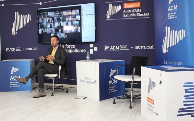 El president de l'ACM, Lluís Soler, durant el debat sobre la segregació escolar en el món local.
