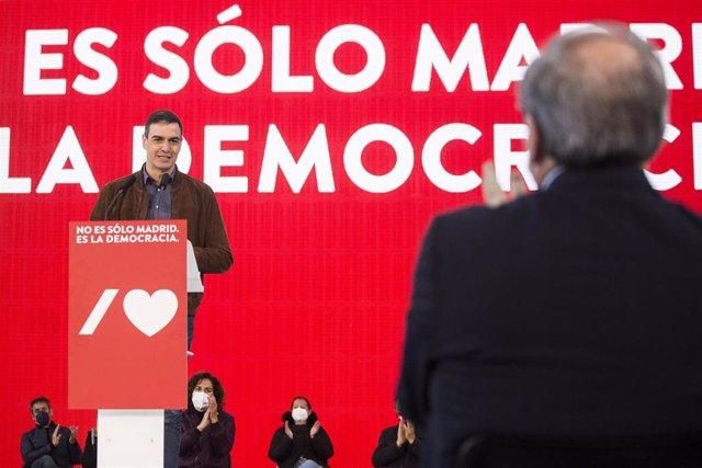 El secretario general del PSOE y presidente del Gobierno, Pedro Sánchez (i), y el candidato socialista a la Presidencia de la Comunidad de Madrid, Ángel Gabilondo (d), el 25 de abril de 2021, en Getafe, Madrid (España)