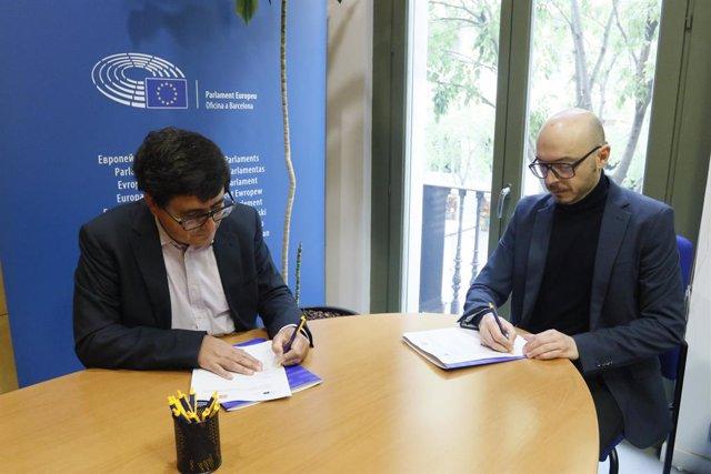 El degà de Colpis, Jordi Pacheco, i el cap de l'Oficina del Parlament Europeu a Barcelona, Sergi Barrera, en la signatura del conveni de col·laboració.