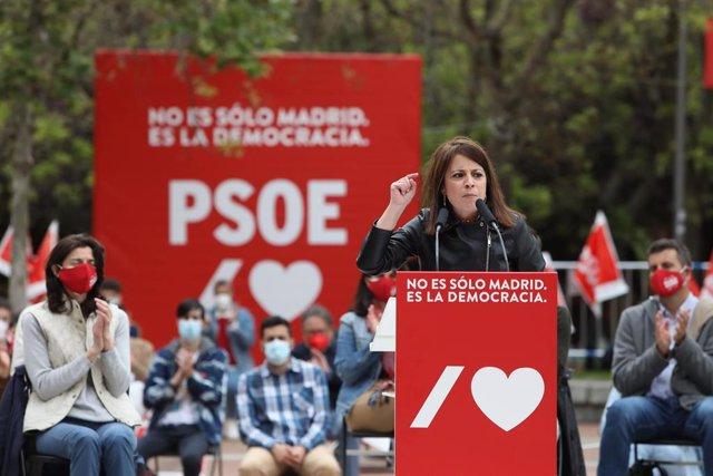 La vicesecretaria general del PSOE y portavoz del Grupo Parlamentario Socialista en el Congreso, Adriana Lastra, durante un acto de campaña, a 24 de abril de 2021, en Puente de Vallecas, Madrid, (España)