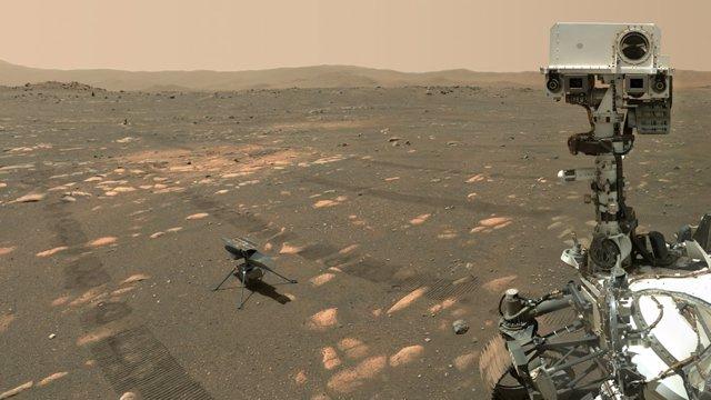 Rover Perseverance junto al helicóptero Ingenuity
