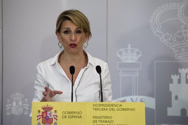 La vicepresidenta tercera del Gobierno y ministra de Trabajo y Economía Social, Yolanda Díaz, interviene en una rueda de prensa, a 28 de abril de 2021, en la Sede del Ministerio, en Madrid, (España).