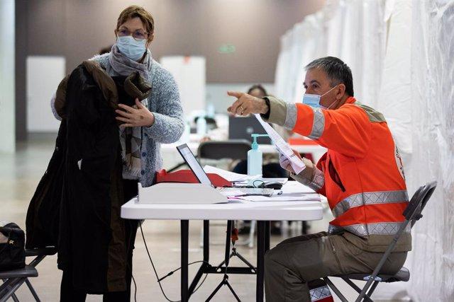 Centro de vacunación en París, Francia