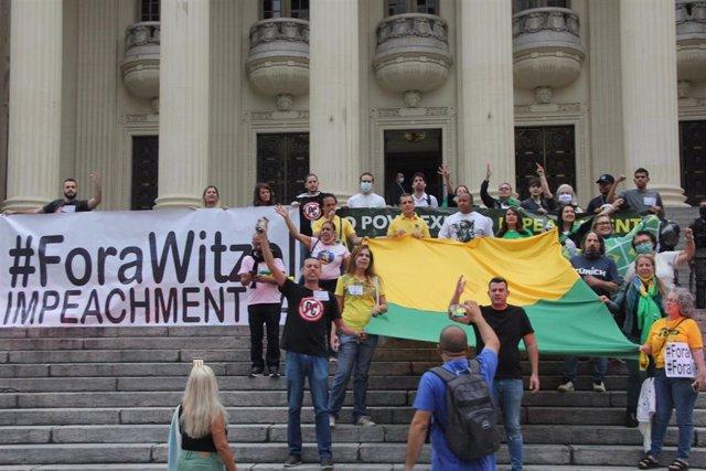 Concentración a las puertas de la sede del Tribunal Supremo de Brasil para exigir la destitución del gobernador de Río de Janeiro por corrupción durante su gestión de la pandemia