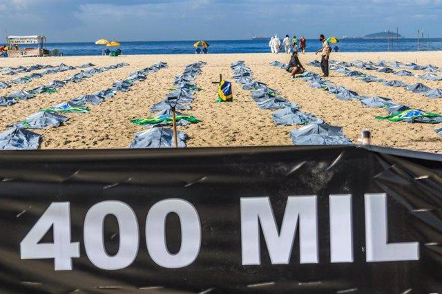 Protesta en la playa de Copacabana contra la situación de Brasil frente al coronavirus