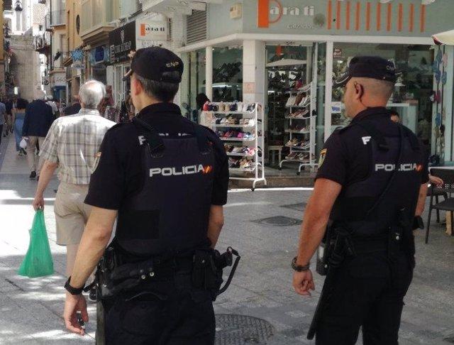 Archivo - Agentes Policía Nacional Málaga capital por la calle