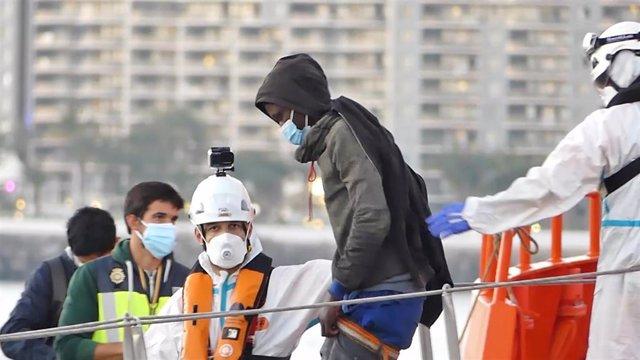 Archivo - Un miembro de la Cruz Roja ayuda a bajar del barco a un hombre migrante en el puerto de Arguineguín (Gran Canaria, España) a 17 de marzo de 2021. 79 inmigrantes de origen subsahariano que viajaban a bordo de dos pateras fueron trasladados esta t