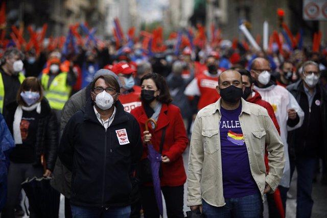 El secretari general d'UGT de Catalunya, Camil Ros, i del de CCOO De Catalunya, Javier Pacheco, en la concentració de Barcelona per l'1 de Maig, Dia del Treballador.
