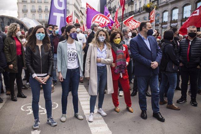 Ione Belarra, Irene Montero, Yolanda Díaz, Carmen Calvo y José Luis Ábalos durante una manifestación con motivo del Día del Trabajador, en la Plaza de Neptuno, a 1 de mayo de 2021, en Madrid, España
