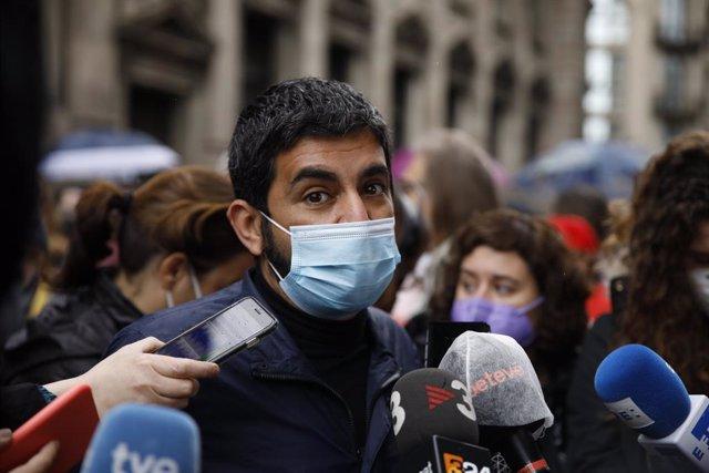 El conseller de Treball de la Generalitat, Chakir l'Homnrani, en la concentració de Barcelona per el 1 de Maig, Dia del Treballador