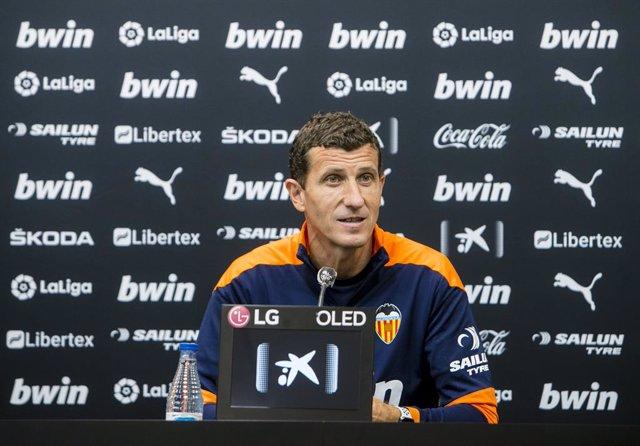 Archivo - El entrenador del Valencia CF, Javi Gracia, en rueda de prensa