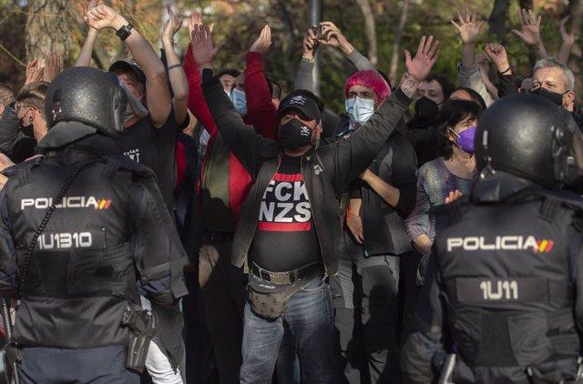 Varias personas participan en la concentración convocada en Vallecas contra Vox, a 7 de abril de 2021, en la Plaza de la Constitución de Vallecas, Madrid, (España). Esta concentración, convocada por diferentes asociaciones y grupos antifascistas del distr