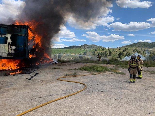 Bomberos sofocan un incendio originado en dos remolques de camión en Canara, pedanía de Cehegín