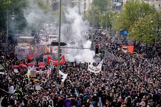 """01 May 2021, Berlin: Participants walk through the city during a demonstration of left-wing and radical left-wing groups under the slogan """"Demonstration for revolutionary May Day"""", on the May Day, International Worker' Day. Photo: Kay Nietfeld/dpa"""