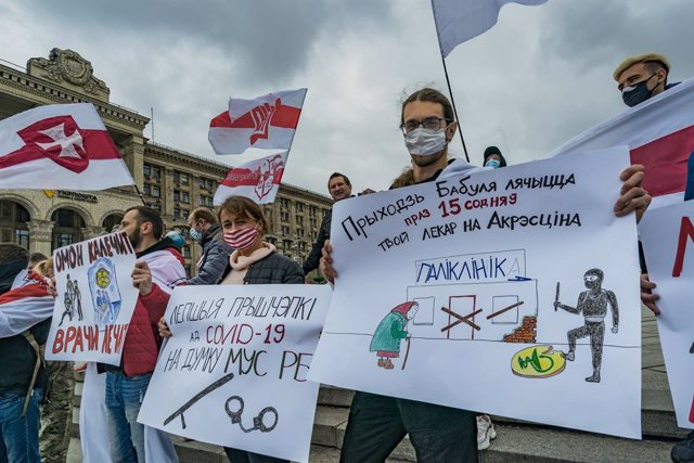 18 April 2021, Ukraine, Kyiv: Belarusian exiles hold banners as they take part in a protest against the Belarusian head of state Lukashenko. Photo: Celestino Arce Lavin/ZUMA Wire/dpa