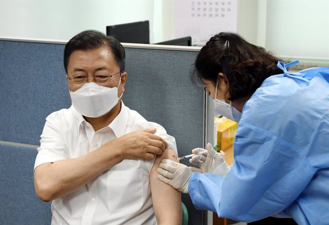 30 April 2021, South Korea, Seoul: South Korean President Moon Jae-in receives the second dose of the AstraZeneca Coronavirus vaccine at a vaccination center in Seoul. Photo: -/yonhap/dpa