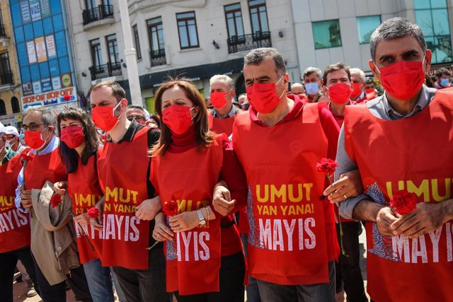 01 May 2021, Turkey, Istanbul: Demonstrators hold carnations during a protest to mark the May Day, International Workers' Day, at Taksim Square Photo: Hakan Akgun/SOPA Images via ZUMA Wire/dpa