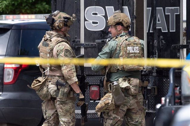 18 April 2021, US, Austin: Police SWAT members stand at the scene of a homicide shooting in northwest Austin that left three people dead as the authorities are still searching for the suspect killer. Photo: Bob Daemmrich/ZUMA Wire/dpa