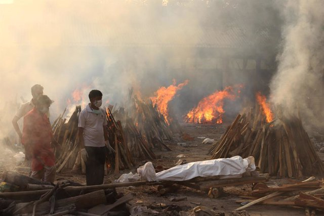 01 May 2021, India, New Delhi: A body of a Coronavirus (Covid19) victim lays before being cremated at Gazipur crematorium in New Delhi. India saw a grim global record of 401,993 daily Covid-19 cases on Saturday. Photo: Vijay Pandey/ZUMA Wire/dpa
