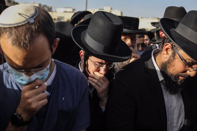 30 April 2021, Israel, Jerusalem: Ultra Orthodox Jewish men mourn during the funeral of one of those who died in a stampede during the Jewish religious festival of Lag Ba'Omer at the Jewish Orthodox pilgrimage site of Mount Meron early on Friday. Photo: I