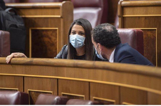 Archivo - La líder de Cs, Inés Arrimadas; conversa con el portavoz parlamentario de Ciudadanos (Cs), Edmundo Bal, durante una sesión plenaria en el Congreso
