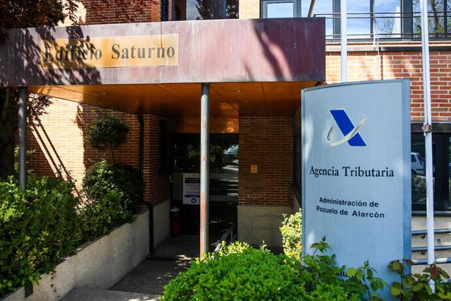 Exterior de una oficina de la Agencia Tributaria el día en el que arranca la Campaña de la Renta 2020.