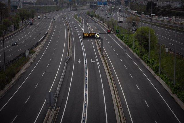 Archivo - Arxivo - Carretera sense amb prou feines trànsit en l'entrada a Barcelona per l'Autopista del Vallés.