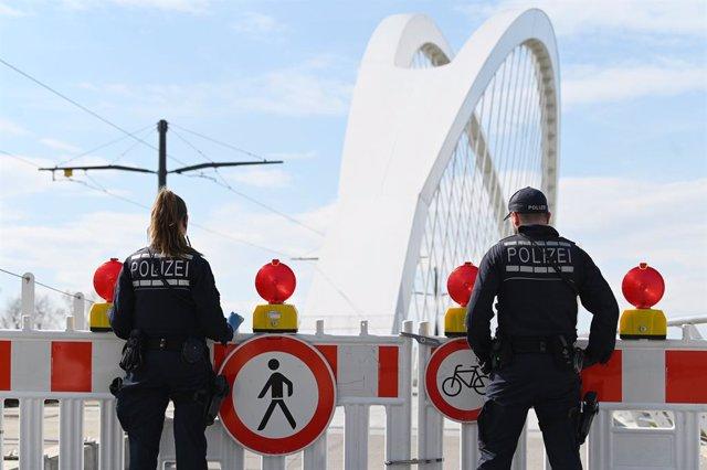 Archivo - Dos agentes de la Policía alemana en una imagen de archivo.