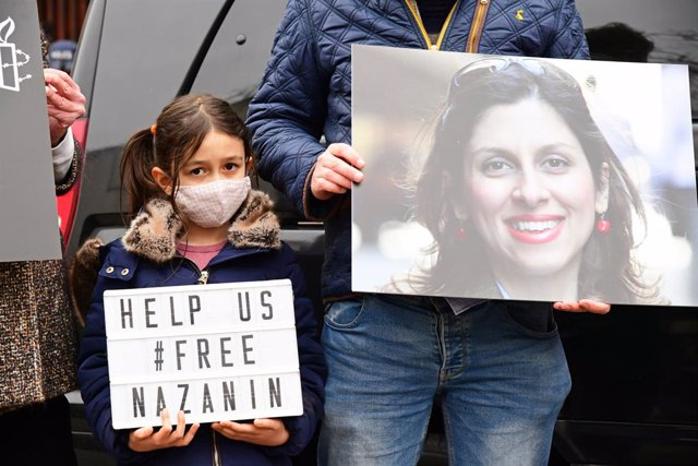 Archivo - 08 March 2021, United Kingdom, London: Richard Ratcliffe (R), the husband of Nazanin Zaghari-Ratcliffe and his daughter Gabriella take part in a protest outside the Iranian Embassy in London. Zaghari-Ratcliffe has completed a near five-year sent