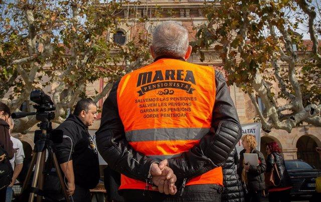Persona amb armilla de Marea Pensionista a Barcelona