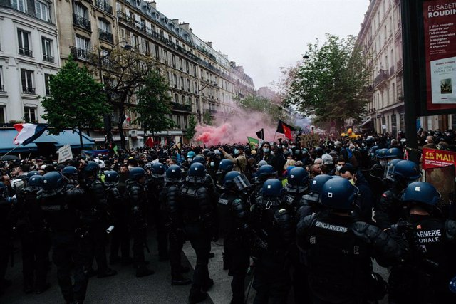 01 May 2021, France, Paris: Police and demonstrators clash during A Demonstration near the Place de la Nation, on the May Day, International Worker' Day. Photo: Jan Schmidt-Whitley/Le Pictorium Agency via ZUMA/dpa