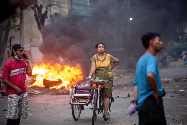 Archivo - Manifestaciones en Rangún contra la junta militar