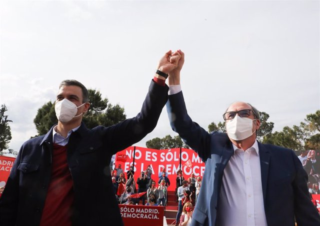 El presidente del Gobierno, Pedro Sánchez (i) y el candidato del PSOE a la Presidencia de la Comunidad de Madrid, Ángel Gabilondo (d) a su llegada al último acto de campaña del partido en el auditorio del Parque Forestal de Entrevías, a 2 de mayo de 2021,