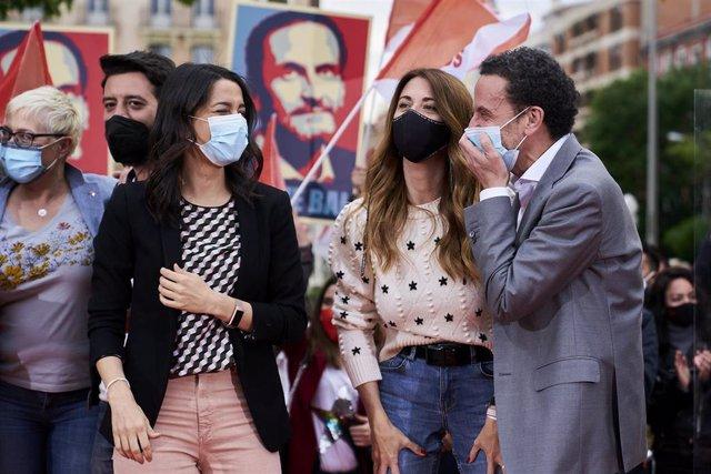 La presidenta de Ciudadanos, Inés Arrimadas, y el candidato del partido a la Presidencia de la Comunidad de Madrid, Edmundo Bal, durante un acto electoral en la Plaza de Chamberí de Madrid.