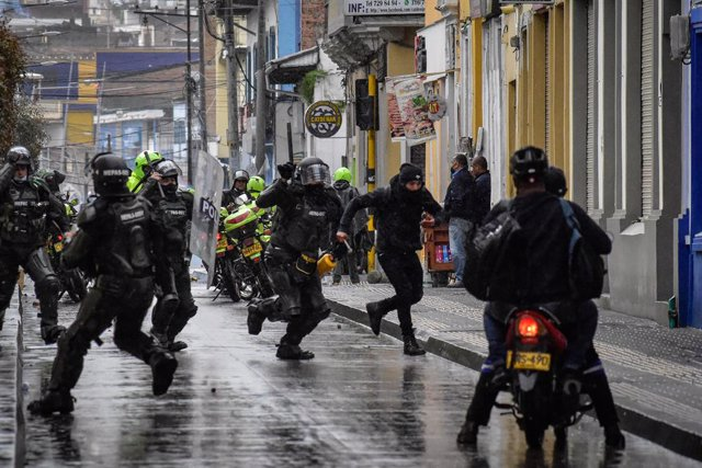 01 May 2021, Colombia, Pasto: Riot police clash with protesters during a protest against the tax reform bill proposed by the government. Photo: Juan Camilo Erazo Caicedo/LongVisual via ZUMA Wire/dpa