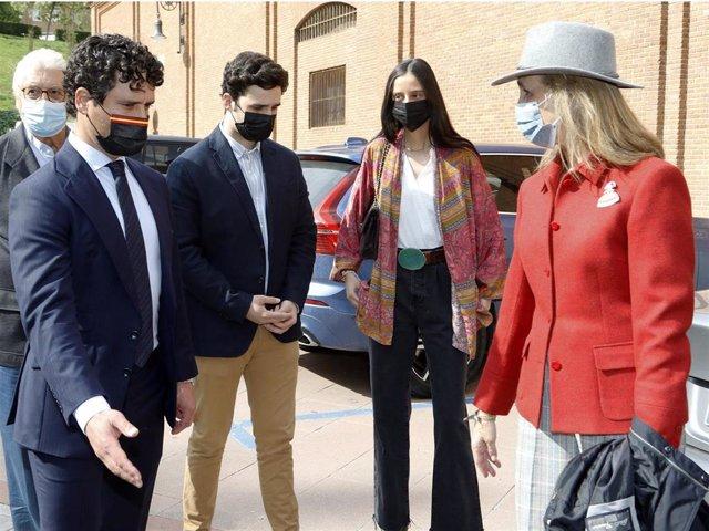 La Infanta Elena, Victoria Federica y Froilán, recibidos por Miguel Abellán a su llegada a Las Ventas