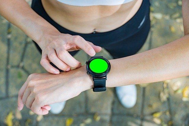 Archivo - Mujer haciendo ejercicio con un smartwatch.