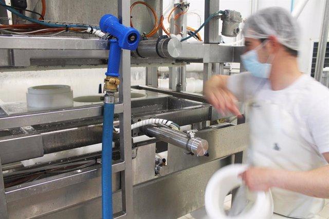 Archivo - Un operario en la sala de elaboración de la fábrica Don Apolonio en Malagón, Ciudad Real , Castilla-La Mancha (España), a 26 de marzo de 2021. El negocio se remonta a finales del siglo XIX cuando un matrimonio comenzó la producción de queso de f