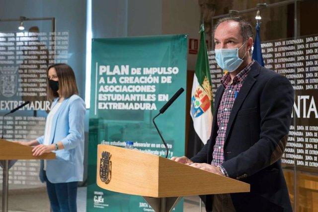 El director general de Innovación e Inclusión Educativa, Juan Pablo Venero, y la presidenta del Consejo de la Juventud de Extremadura (CJEx), Olga Tostado, en la presentación del nuevo Programa de Impulso para el Asociacionismo Estudiantil