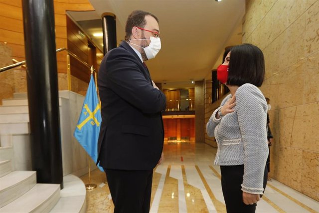 La ministra de Sanidad, Carolina Darias, se reúne con el presidente del Principado de Asturias, Adrián Barbón, en Oviedo (Asturias) a 3 de mayo de 2021. La ministra realizará varios actos durante el viaje, entre ellos la recepción en la ciudad de un nuevo