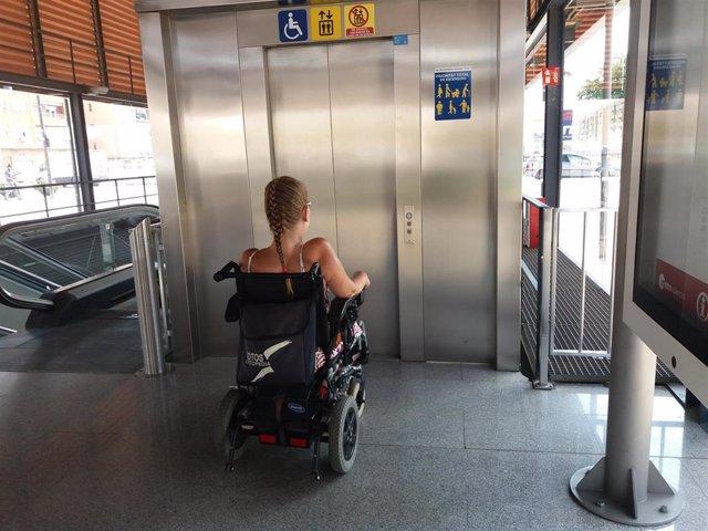 Archivo - Una mujer en silla de ruedas preparada para usar un ascensor