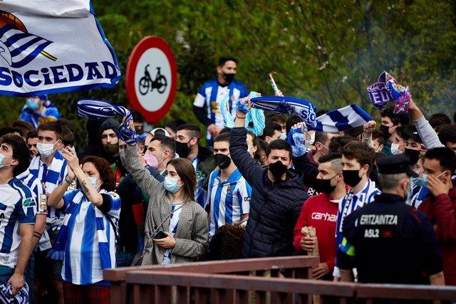 Varios aficionados de la Real Sociedad celebran la llegada del equipo a San Sebastián, tras ganar la final de la Copa del Rey, a 4 de abril de 2021, en San Sebastián, Euskadi (España). La Real Sociedad conquistó la Copa del Rey de la temporada 2019/2020 a