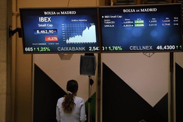 Valores del Ibex 35 en un panel del Palacio de la Bolsa, a 21 de abril de 2021, en Madrid, (España). El Ibex 35 ha iniciado la sesión de este miércoles con una subida del 0,55%, lo que ha llevado al selectivo a situarse en los 8.505,9 enteros a las 9.01 h