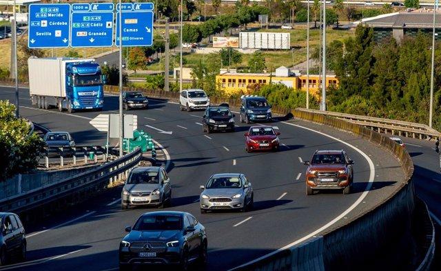 Afluencia de tráfico en  la autopista Sevilla-Huelva, el primer fin de semana con movilidad entre provincias.