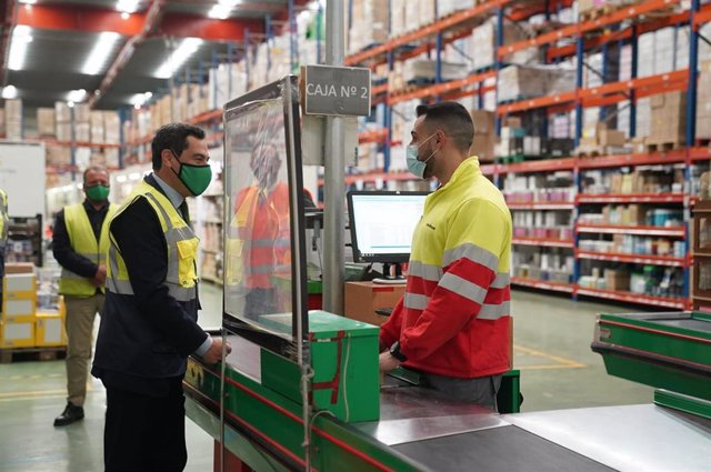 Juanma Moreno saluda a un trabajador de Covirán